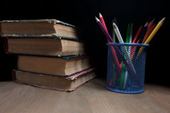 Lápis e livros coloridos Foto de Stock Royalty Free