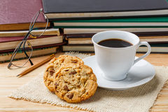 Lápis e monóculos da cookie do café fotografia de stock
