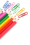 Lápis e paperclips coloridos, artigos de papelaria do escritório Imagem de Stock