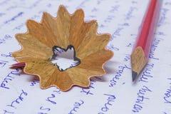 Lápis e rapagem no papel foto de stock
