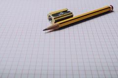 Lápis e sharpener de lápis fotografia de stock