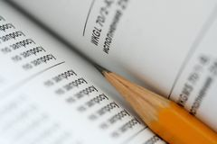 Lápis em páginas imagens de stock royalty free