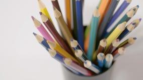 Lápis em um fundo branco Câmera no movimento Os lápis estão no vidro vídeos de arquivo