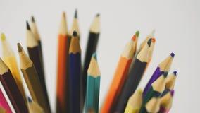 Lápis em um fundo branco Câmera no movimento Os lápis estão no vidro filme