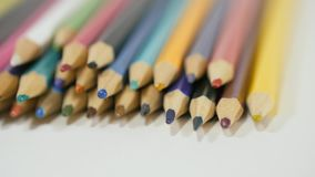 Lápis em um fundo branco Câmera no movimento Os lápis estão no vidro Os lápis encontram-se na tabela mesmo em fileiras filme