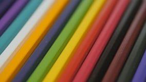 Lápis em um fundo branco Câmera no movimento Os lápis estão no vidro Os lápis encontram-se na tabela mesmo em fileiras video estoque