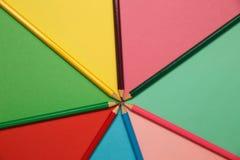 Lápis em um papel colorido Fundo do arco-íris Fotografia de Stock Royalty Free