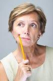 Lápis maduro da terra arrendada da mulher Fotografia de Stock