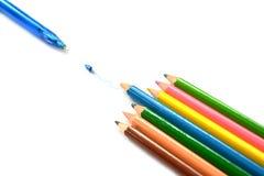 Lápis multicoloridos uma cor isolada Fotografia de Stock