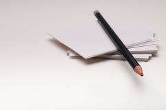 Lápis na nota de papel no fundo branco Imagens de Stock