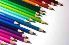 Lápis numerosos da coloração arranjados em uma linha Fotografia de Stock