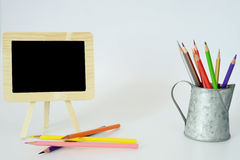 Lápis pequenos do quadro-negro e da cor Foto de Stock Royalty Free
