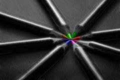 Lápis pretos, coloridos, no fundo preto Foto de Stock