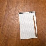 Lápis que encontra-se em um caderno Folhas vazias escola Imagens de Stock Royalty Free