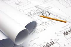 Lápis, régua e modelos amarelos na tabela Imagens de Stock
