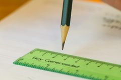 Lápis verde com régua verde que diz a generosidade imagem de stock