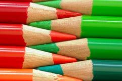 Lápis vermelhos e verdes fotografia de stock royalty free