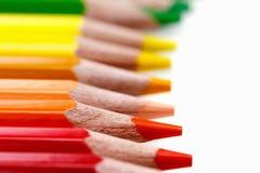 Lápis vermelhos macro no branco, fontes de escola imagem de stock royalty free