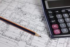 Lápiz, calculadora y plan de la casa Foto de archivo