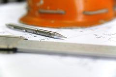Lápiz, calibrador y casco Imagen de archivo