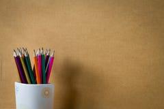 Lápiz coloreado arco iris en taza Fotografía de archivo