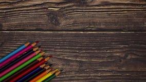 Lápiz colorido en fondo de madera - pare el movimiento almacen de video