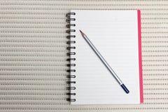 Lápiz con el libro en la tabla Fotografía de archivo libre de regalías