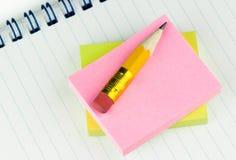 Lápiz corto en notas fotos de archivo