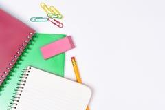 Lápiz de los cuadernos y clips de papel Imagenes de archivo