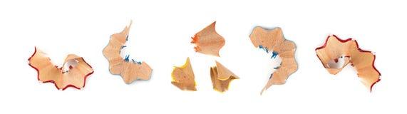 Lápiz de madera del color con la afiladura de las virutas aisladas imagenes de archivo