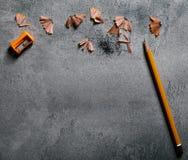 Lápiz de madera de la textura con la afiladura de virutas en fondo oscuro Fotos de archivo libres de regalías