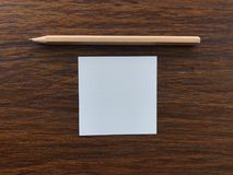 """Lápiz de madera y papel que ponen en el medio de la tabla de madera, concepto """"getting del  del idea†imágenes de archivo libres de regalías"""