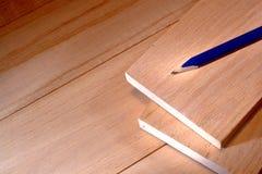 Lápiz del carpintero en tarjeta de madera de roble en taller Imágenes de archivo libres de regalías