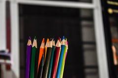 Lápiz dispuesto del color con un fondo de la falta de definición imagenes de archivo