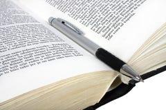 Lápiz en el libro. Fotografía de archivo libre de regalías
