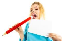 Lápiz grande penetrante de la mujer divertida Imagen de archivo libre de regalías