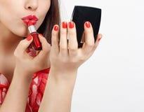 Lápiz labial con los labios Fotos de archivo libres de regalías