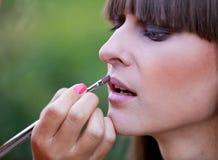 Lápiz labial de aplicación principal del maquillaje Fotografía de archivo