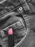 Lápiz labial en el bolsillo delantero de pantalones Imagen de archivo libre de regalías