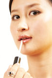 Lápiz labial pintado de la mujer joven fotografía de archivo libre de regalías