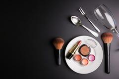 Lápiz labial rojo, cartuchos del lápiz labial, polvo del maquillaje en un SID blanco foto de archivo libre de regalías