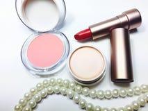 Lápiz labial rojo de la crema hidratante en paquete del oro de la perla Imágenes de archivo libres de regalías
