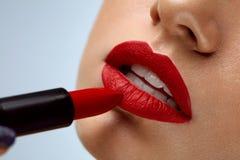 Lápiz labial rojo Primer de la cara de la mujer con maquillaje brillante de los labios Fotografía de archivo libre de regalías