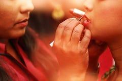 Lápiz labial rojo Primer de la cara de la mujer con Matte Lipstick On Lips rojo brillante Cosméticos de la belleza, concepto del  Fotos de archivo libres de regalías