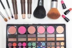 Lápiz labial y cepillos de la paleta de los cosméticos del maquillaje del primer Imagenes de archivo