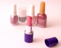 Lápiz labial y esmalte de uñas imagenes de archivo