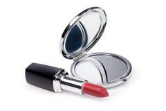 Lápiz labial y espejo rojos Imagenes de archivo