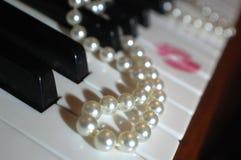Lápiz labial y perlas Fotos de archivo libres de regalías