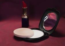 Lápiz labial y polvo rojos imágenes de archivo libres de regalías