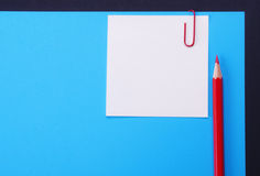 Lápiz, papel, clip, etiqueta engomada Imagenes de archivo